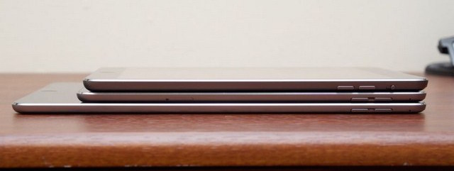 iPad Mini 4 (giữa) có trọng lượng có bề dày mỏng hơn (bên trên là iPad Mini 2)