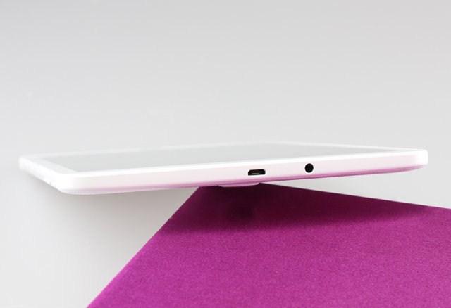 Cổng sạc ở cạnh trên cùng, khi vừa sạc vừa sử dụng người dùng phải xoay ngang màn hình để thuận tiện hơn