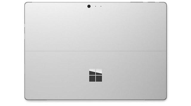 Mặt lưng bằng nhôm sáng bóng kết hợp với logo Microsoft đơn giản