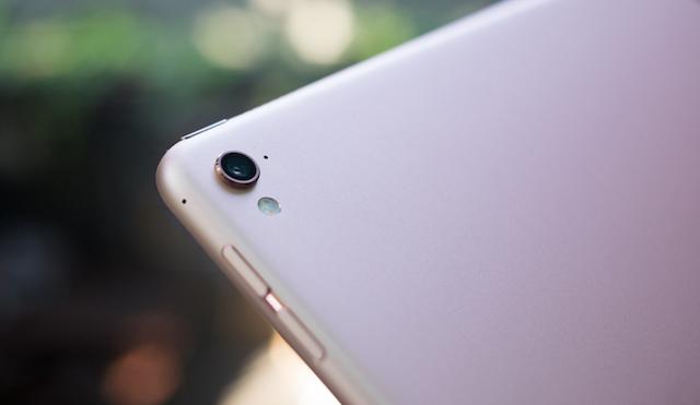 Camera được thiết kế lồi nhưng hỗ trợ mặt kính Sapphire chống xước