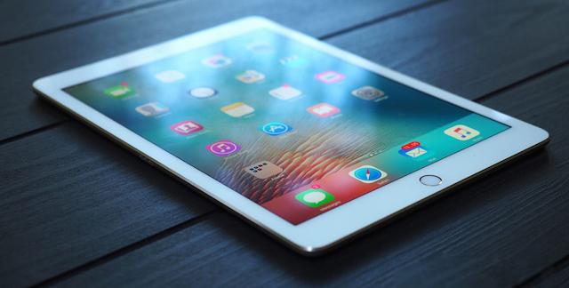 Phía dưới màn hình là cảm biến dấu vân tay, tốc độ của nó không được nhanh bằng TouchID trên iPhone 6s