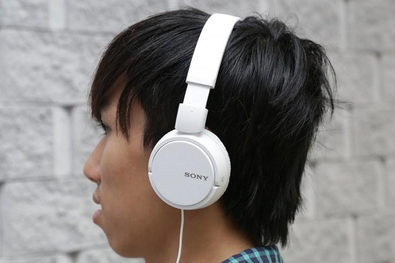 Kiểu dáng gọn nhẹ, ôm vừa khít với mọi cỡ đầu, tạo cảm giác dễ chịu khi sử dụng tai nghe trong khoảng thời gian dài.