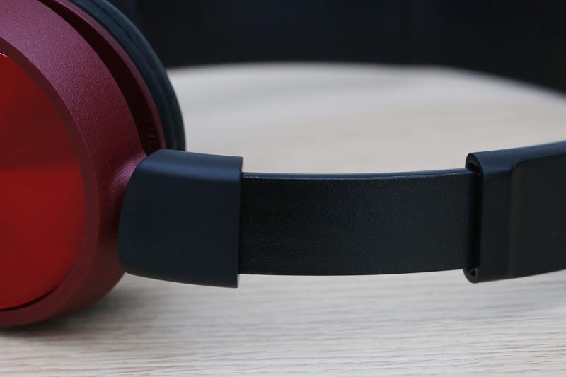 Bên cạnh đó, phần đệm chụp tai sử dụng chất liệu bằng mút mềm mại, ôm trọn vành tai, giúp người dùng thoải mái khi sử dụng trong khoảng thời gian dài mà không cảm thấy đau tai.