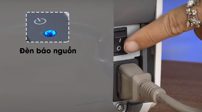 Máy in Laser Canon LBP2900 - Nhấn nút nguồn để bật máy