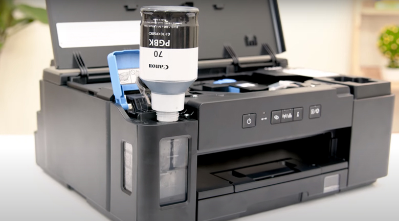 Máy in phun trắng đen Canon PIXMA GM2070 Wifi - Thêm mực vào hộp mực