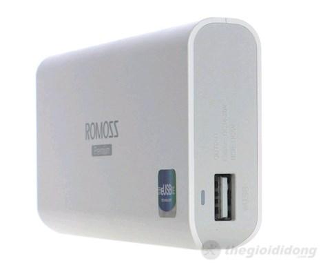 Cạnh phải Romoss với cổng eUSB và đèn báo trạng thái