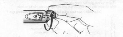 A. Chọn liều 2 đơn vị bằng cách vặn vòng chọn liều.