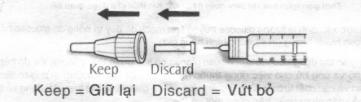 Tháo nắp kim ngoài và giữ nó lại để tháo kim sau khi tiêm xong.  Tháo nắp klm trong và vứt bỏ.