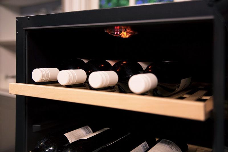 Bảng điều khiển có hiển thị đèn LED và hệ thống LED vàng chiếu sáng tăng thêm sự ấm ấp cho ngôi nhà.