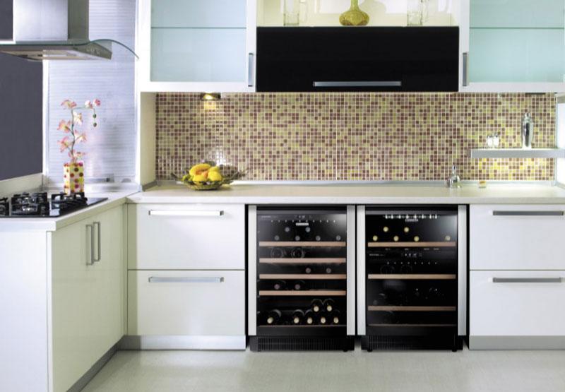 Dung tích tủ chứa khoảng 40 chai rượu (Bordeaux 750 ml) và có 2 chế độ bảo quản (Double Zone)