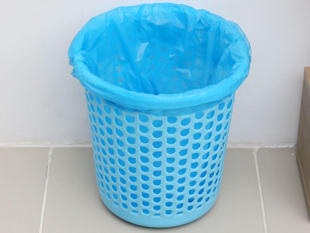 Lốc 4 cuộn túi rác màu quai xách Inochi 54x70cm 6