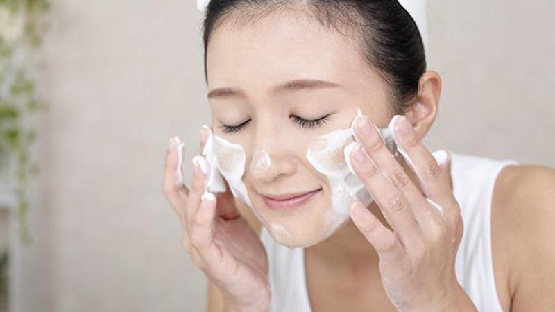 Bước 1: Rửa mặt