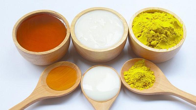 5. Mặt nạ sữa tươi, tinh bột nghệ và mật ong