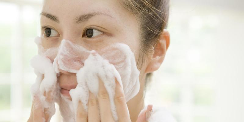 tẩy da chết xong có rửa sữa rửa mặt không