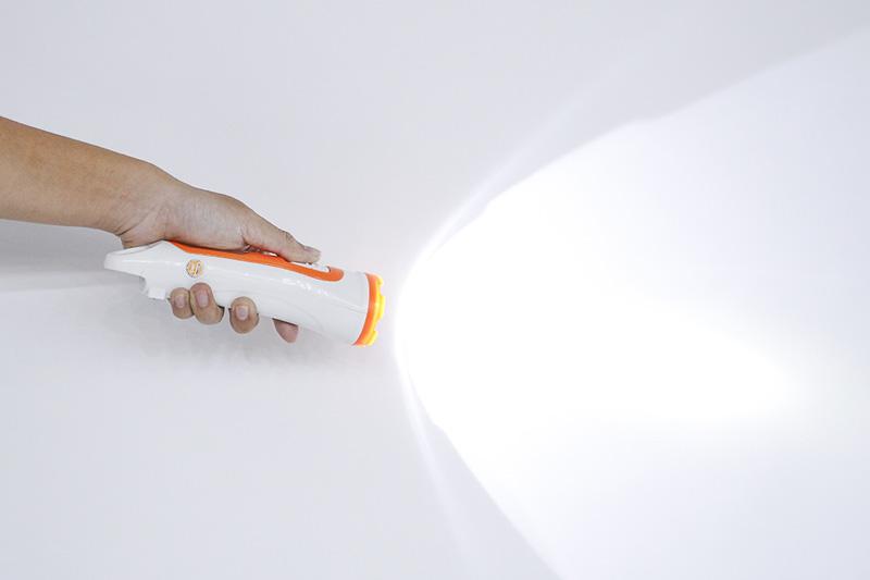 Ánh sáng mạnh, dễ chịu - Đèn pin Comet CRT453