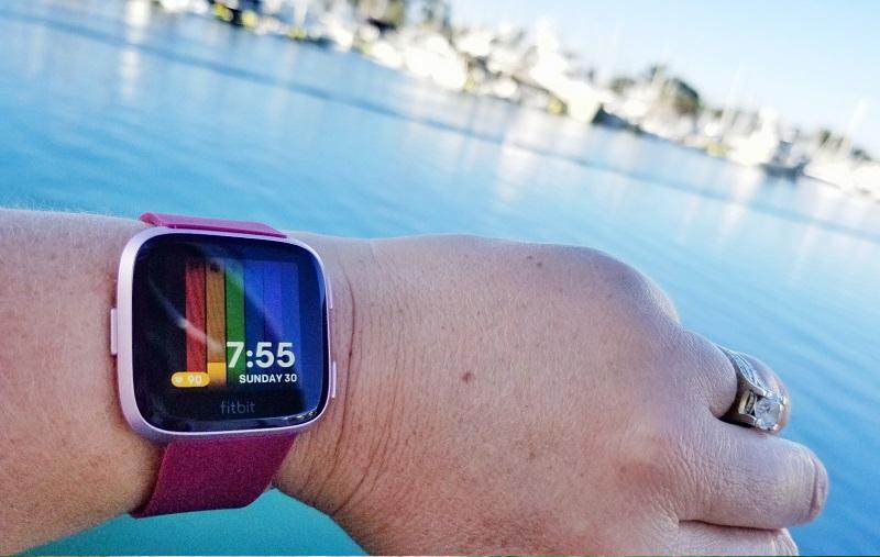 Smartwatch Fitbit Versa Đỏ được trang bị màn hình hiển thị sắc nét