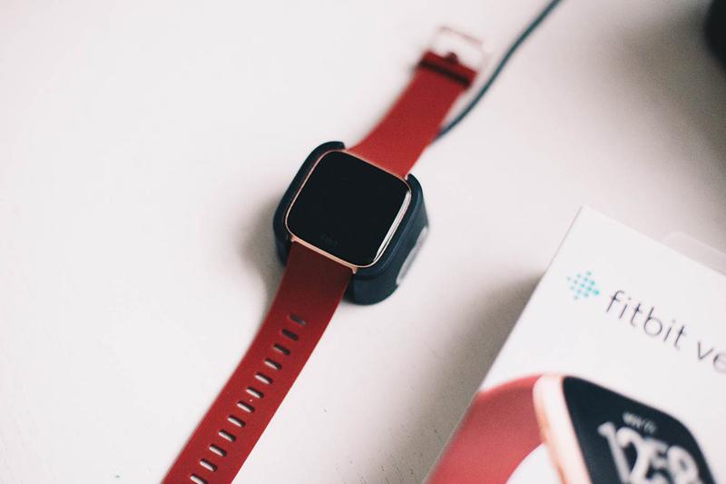 Smartwatch Fitbit Versa Đỏ có thiết kế thanh lịch