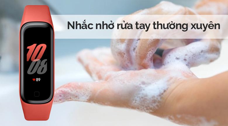 Vòng tay thông minh Samsung Galaxy Fit2 đỏ có chế độ nhắc nhở rửa tay