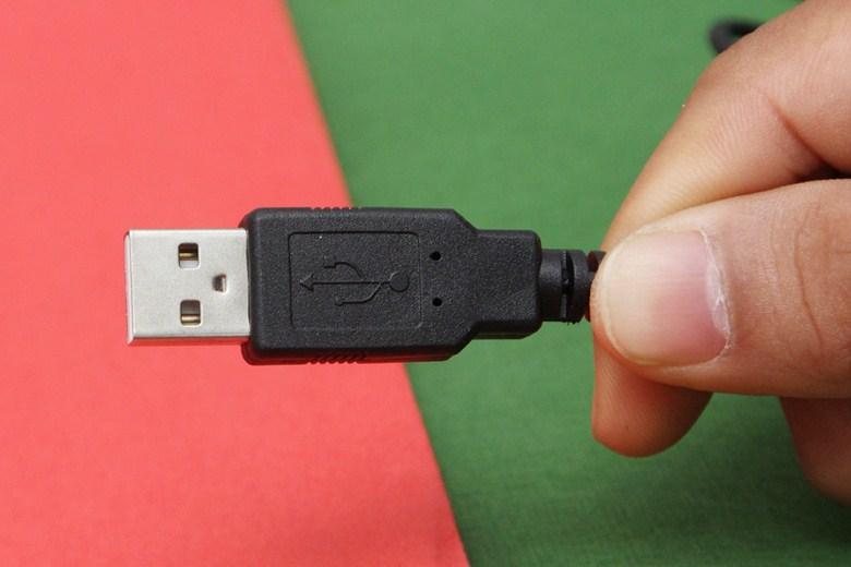 Đầu cáp USB kết nối với máy tính