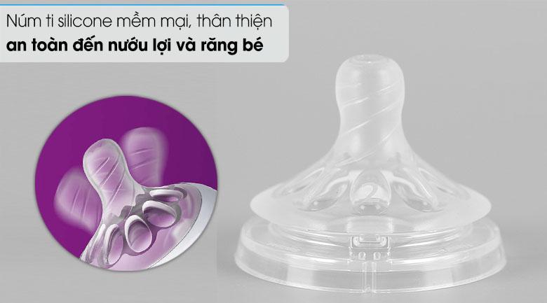 Núm ti thiết kế 100% bằng silicone mềm mại, thân thiện và không làm đau hay ảnh hưởng đến nướu lợi và răng bé.