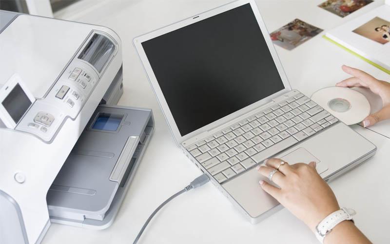 Dùng dây cáp USB để kết nối máy in với máy tính