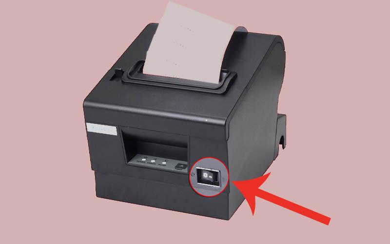 Ấn vào nút nguồn của máy in để bật máy