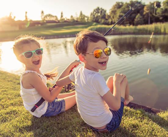 Khi nào nên bắt đầu cho trẻ em đeo kính mát chống UV?