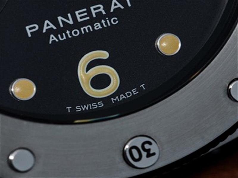 """""""T Swiss Made T"""": Kí hiệu dạ quang tritium của hãng ở Thụy Sỹ."""