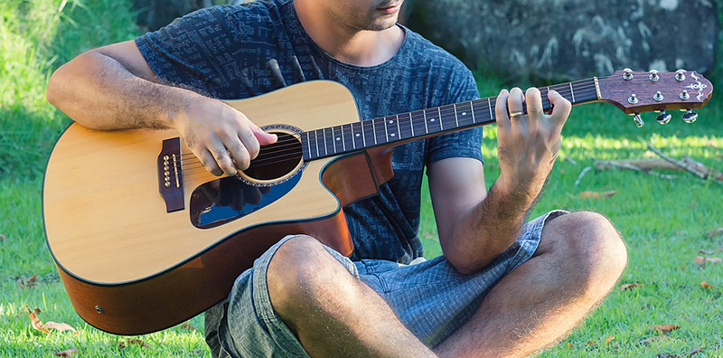 Một người hát acoustic