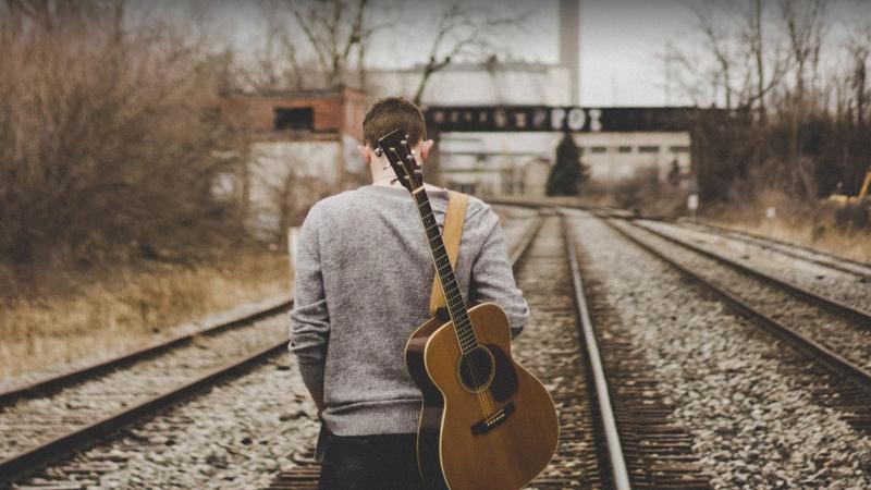 Nghệ sĩ acoustic thường xuất hiện trong hình ảnh mộc mạc với cây guitar