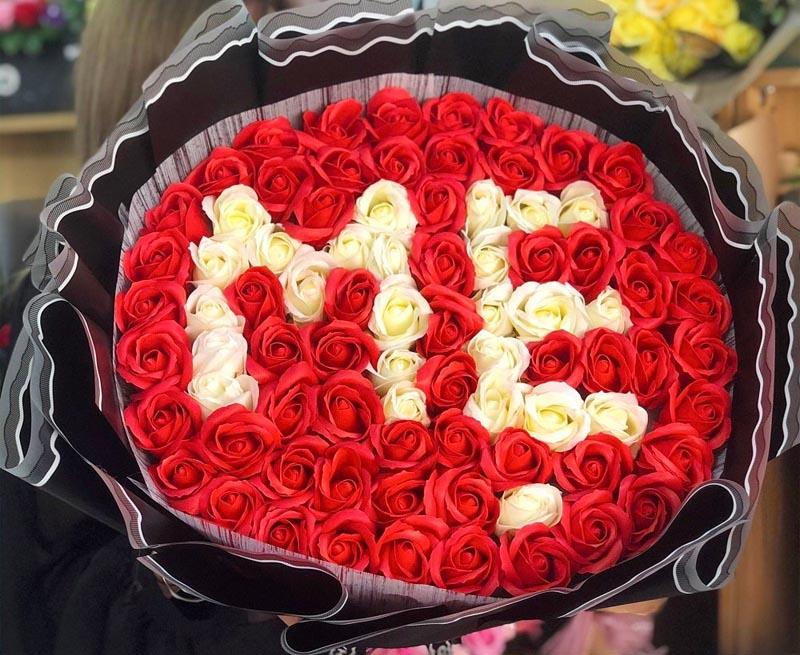 Tặng mẹ hoa hồng để thể hiện tình cảm