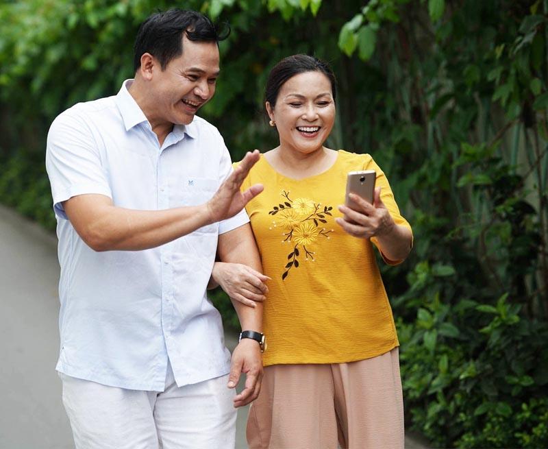 Điện thoại là món quà thích hợp để tặng ba mẹ nhân lễ Vu Lan