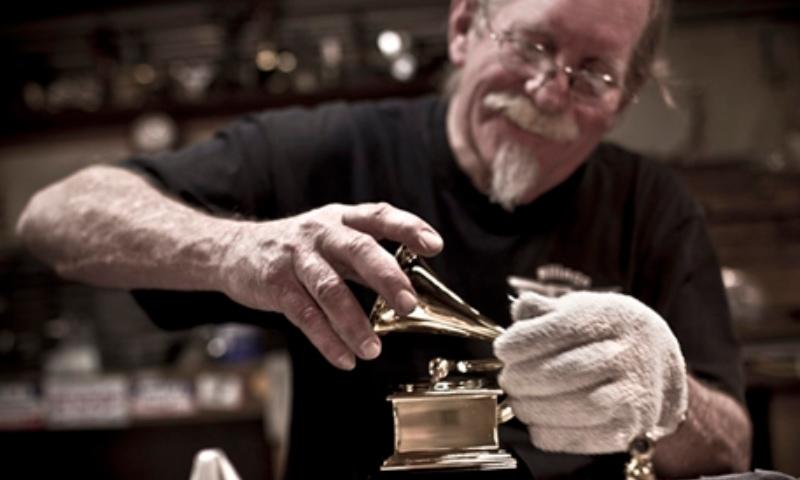 Nghệ nhân Bob Graves - người tạo ra chiếc cúp vàng đầu tiên