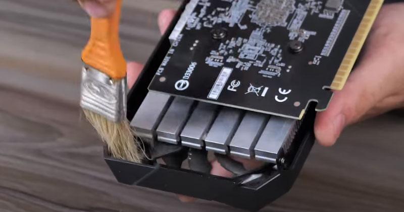 Vệ sinh card màn hình để khắc phục tình trạng màn hình máy tính bị nhiễu