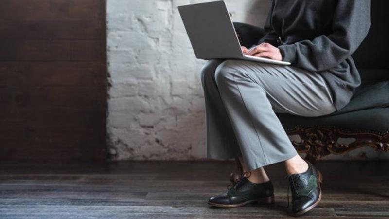 Bạn nên mang dép hoặc không chạm chân xuống đất khi sử dụng laptop