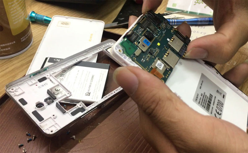 Đem điện thoại đến trung tâm bảo hành để sửa lỗi phần cứng