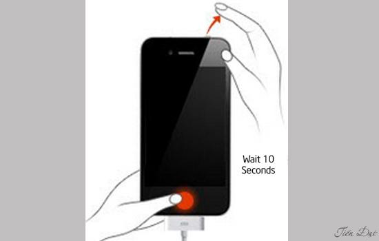 Sau 10 giây bạn thả nút nguồn ra và chỉ giữ nút Home trong khoảng 10 giây nữa