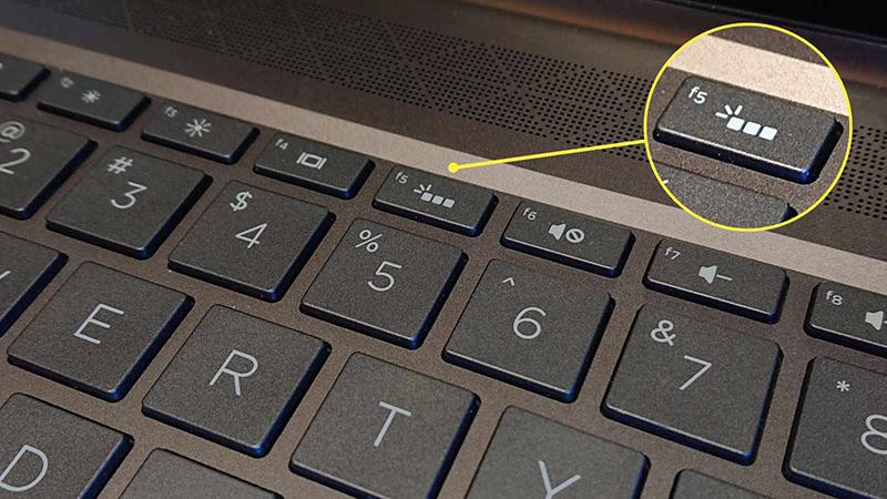 Ký hiệu đèn bàn phím được in trên phím bật đèn