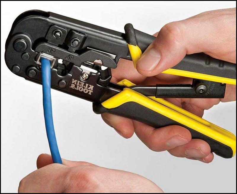 Dùng kìm cố định dây trong hạt mạng
