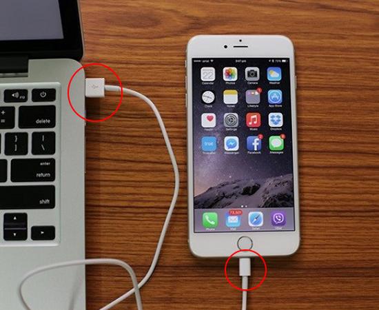 Bước 1: Đầu tiên bạn sẽ kết nối điện thoại của bạn với máy tinh thông qua cáp USB.
