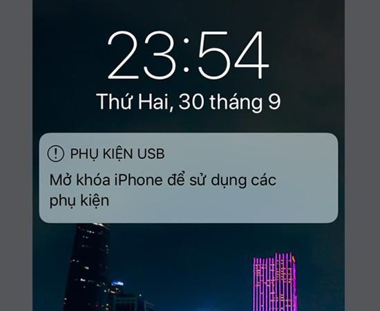 Bước 2: Sau đó trên điện thoại của bạn sẽ xuất hiện bảng thông báo mở khóa màn hình. Bạn có thể mở khóa bằng vân tay hay nhập mật khẩu.