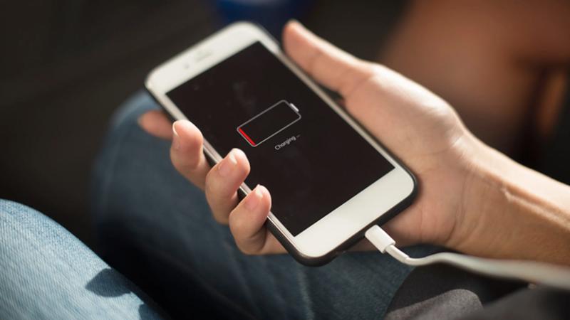 Tiến hành xả, sạc pin iPhone để khắc phục lỗi hiển thị pin sai